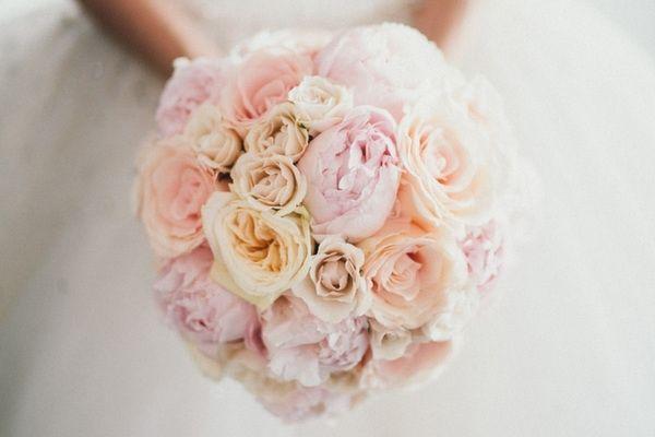 Pastell Brautstrauß aus Rosen und Pfingstrosen