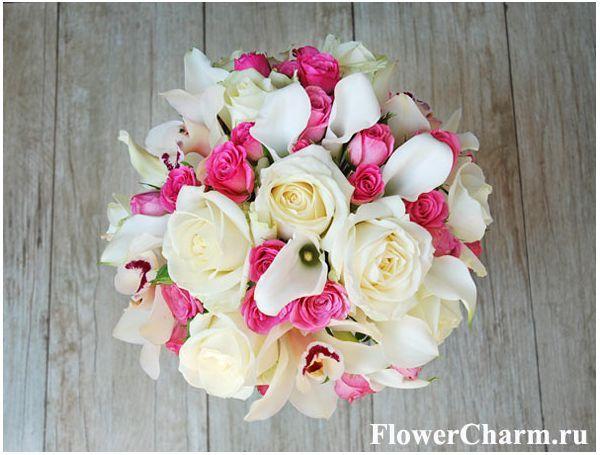 Бело-розовый букет невесты из белых калл, роз, орхидей и ярко-розовых кустовых роз.