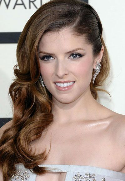 Anna Kendrick's Curly Side Swept Hairstyle at the 2014 Grammy Awards - Anna Kendrick kept her hair soft and sweet at the 2014 Grammys; a good contrast to her risqué but stunning Azzaro gown. Her luscious long caramel-colored tresses were given large curls before being swept to one side. To make sure that the one-shoulder hairstyle will stay put, slick back the opposite side then place a jeweled clip. #weddinghairstylestotheside