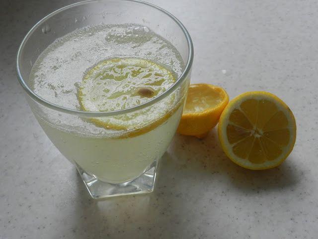 Rady nejen do zahrady     : Voda s citrónem, jednoduchý detox