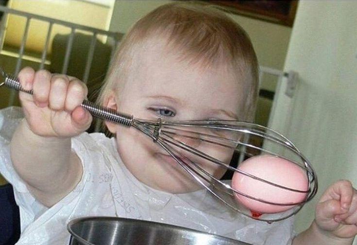 Ostereier-Färben mit Kleinkindern ist stress- und farbklecksfreier, wenn du die Eier in einen Schneebesen steckst, bevor dein Kind sie in die Farbe tunkt.