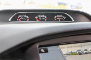 ST-ségek: olajhőmérséklet, turbó- és olajnyomásmérő. Legalább látja a sofőr, hogy a 2,0 literes dízel nagyon lassan melegszik be, hidegen így remélhetőleg nem fogja hajtani. Az első Recaro ülések szorosan, de remekül tartanak