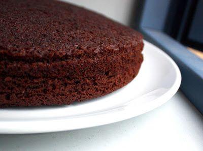 Her får du sjokolade fra topp til bunn, i en oppskrift på en saftig, rik og fullstendig vegansk sjokoladekake.
