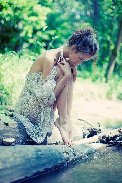 Clarice Lispector Que minha solidão me sirva de companhia, Que eu tenha a coragem de me enfrentar, Que eu saiba ficar com o nada e mesmo assim me sentir como se estivesse plena de tudo...
