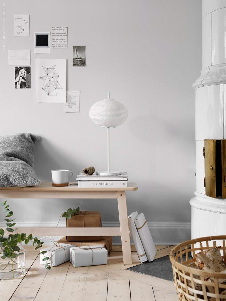 Fina detaljer för myset kring brasan är BJÖRKSNÄS kuddfodral i äkta fårskinn, och som en svävande snöboll, den lilla bordslampan ur serien SOLLEFTEÅ på NORRÅKER bänk i vit björk. SINNERLIG burk med lock, IKEA 365+ mugg och underlägg i kork, GADDIS korg med ved.