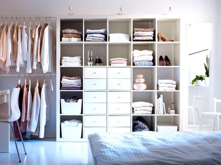 dormitorio con vestidor abierto