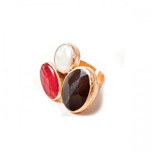 SPANISH AND SISTERS - Three Stone Ring Pearl - Anillo de tres piedras naturales, bañado en oro. El color de las piedras puede variar un poco. A...