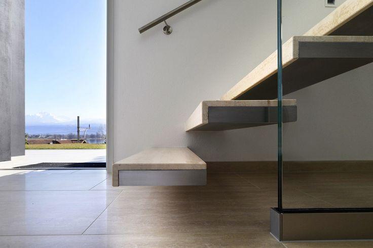 Questa eterea scala, posata in una casa con affaccio sulla parte settentrionale del lago Maggiore, è interamente autoportante, con pedate saldate alla parete laterale. #interbau #design #highquality #interbauforyourhouse #customised #foryourhouse #stairs #madeinItaly
