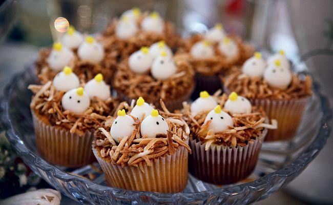 Cupcakes de chocolate e doce de leite, com raspas de coco