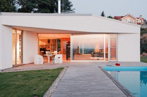 JJ żart minimalistyczny dom połozony w Záhoria, Słowacji, zaprojektowany przez JRKVC. Przestronne dzialki pozwoliło architektom, ABY zmaksy ...