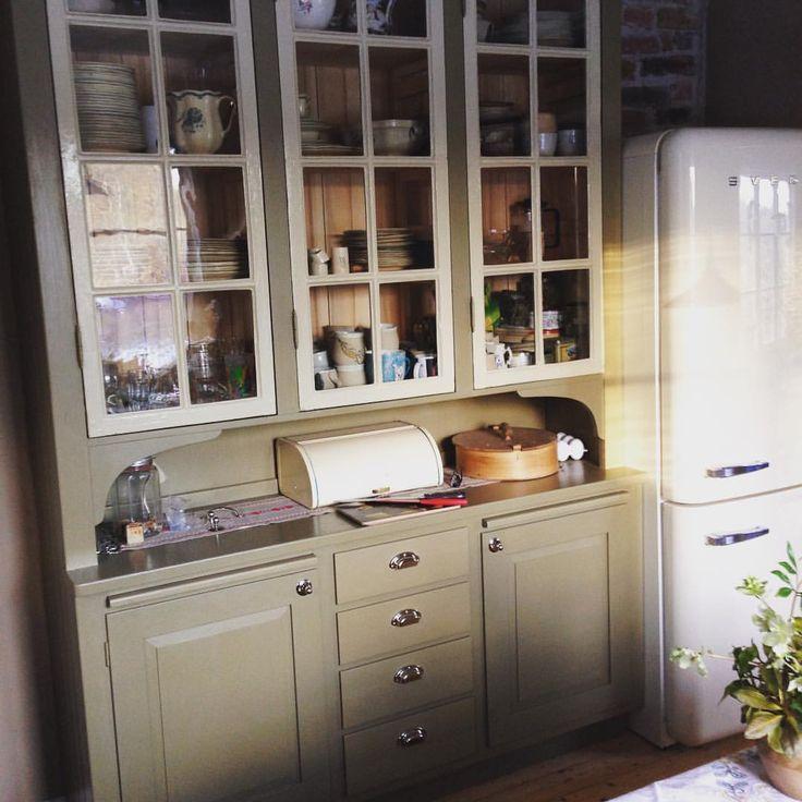 """115 gilla-markeringar, 5 kommentarer - Byggnadsvårdsbutiken AB (@byggnadsvardsbutiken) på Instagram: """"Nytillverkat köksskåp i massiv furu med gamla fönsterbågar, och två utdragbara skärbrädor. Målat…"""""""
