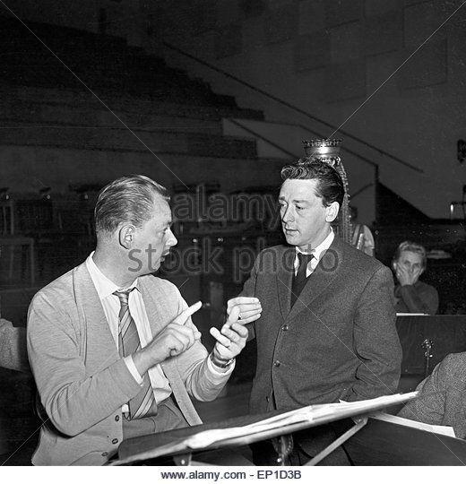 Der irische Sänger Johnny Dane bespricht die Arrangements seiner Musik mit dem Dirigenten in Hamburg, Deutschland - Stock Image