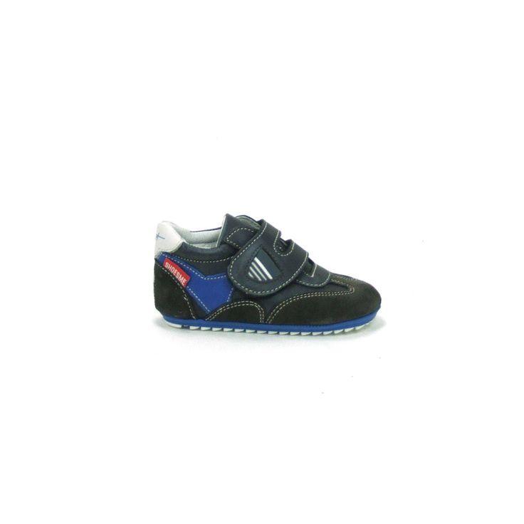 Schattige baby schoenen van Shoesme, model BP4W004-C! Uitgevoerd in grijs met sdonkerblauw leer en de neus en de hiel zijn in suède uitgevoerd. Deze babyproof schoentjes worden gesloten met een brede klittenband over de wreef. Helemaal van leer met een heerlijk flexibel zooltje, geschikt van het kruipen tot en met de eerste stapjes!