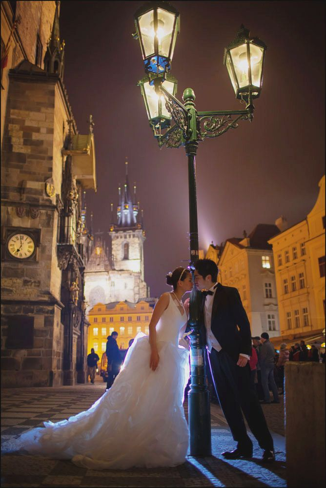Prague pre weddings / W&E romantic session at Old Town Square