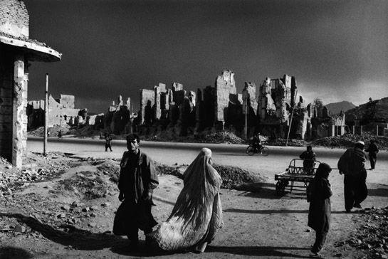 Sebastião Salgado.  Ruinas da outrora prestigiosa avenida Jade Maiwan. Cabul, Afeganistão. 1996.