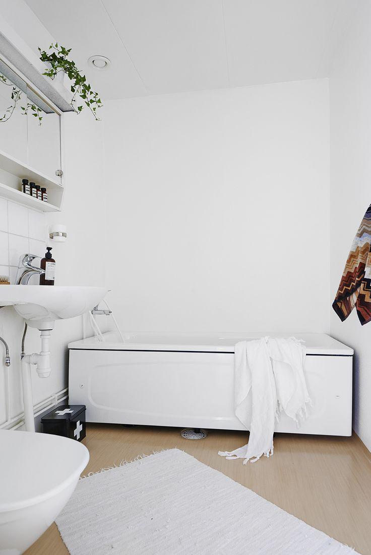 Bostäder   Västanhem – Well styled modest bathroom