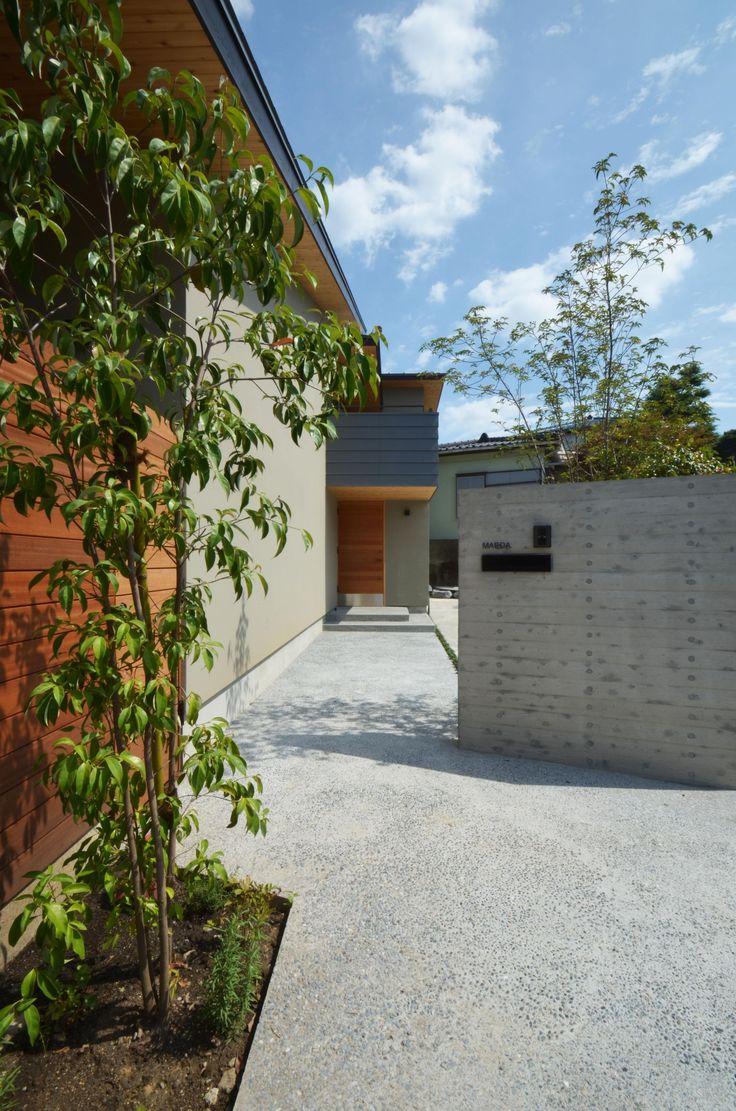 元石川町M邸-おおらかな片流れ屋根の下から望む眺めの家-の部屋 玄関へのアプローチ