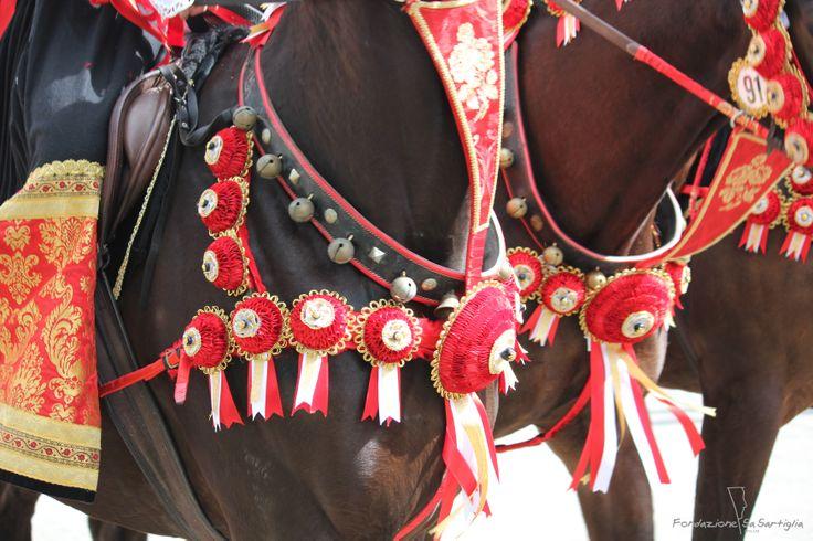 I rosoni vengono sistemati oltre che nella coda, anche sul petto del cavallo, come bardatura #Sartiglia #rosette #tradizione