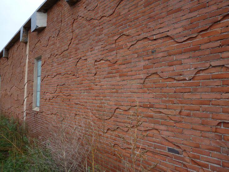 Detail van kunst in een oude fabrieksmuur in het Renkums Beekdal. Landschapsontwerp Dienst Landelijk Gebied). Relicten uit het industrieel verleden tussen de nieuwe natuur in het beekdal.
