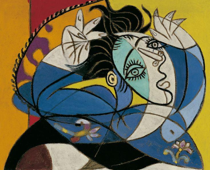 A comienzos del verano de 1936, Picasso conoció a la fotógrafa Dora Maar, quien pronto pasó a ser su constante compañera. Se la reconoce como inspiración de la media figura retratada Mujer con los brazos levantados. Su cabello oscuro y corto se extiende por detrás de la cabeza como si estuviera recostada y el artista la pintara desde arriba. Lleva un vestido azul con flores, y son inconfundibles sus largas pestañas y acusado mentón dentro del rostro producido por la combinación de una vista…