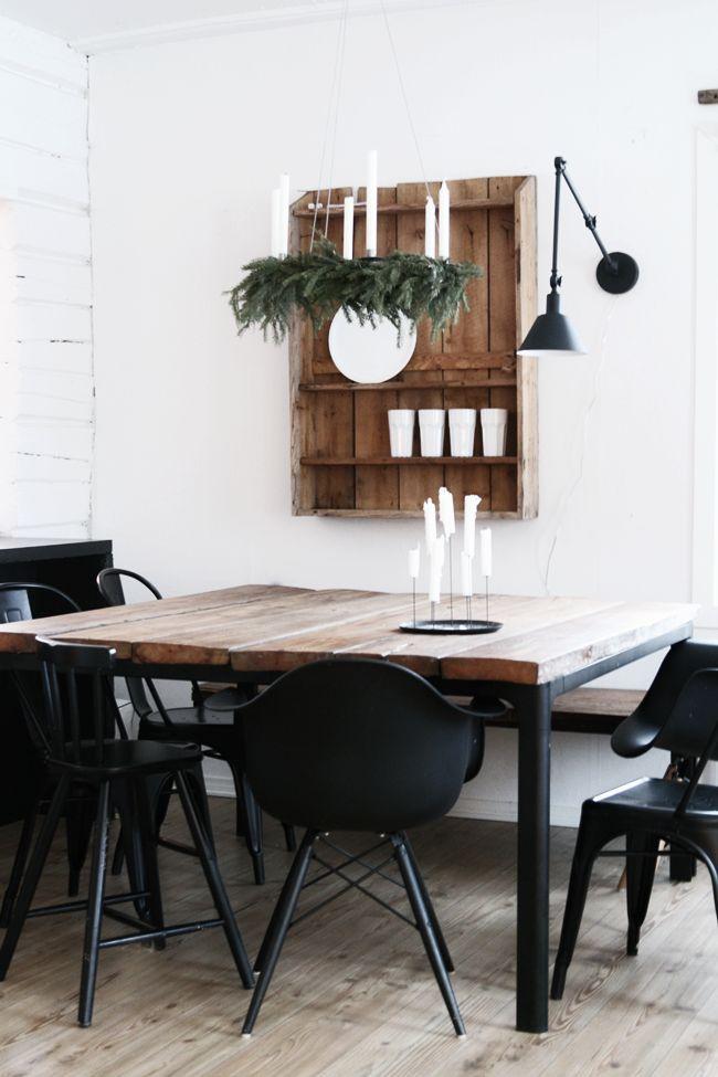 Une table de salle à manger j'en rêve.  Table carré, plateau en bois et pieds en fer.