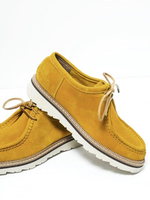 Zapatos de cordón, en serraje color ocre. Realizados en piel de primera calidad, se adaptan perfectamente a tu pie. Confort y diseño en unos zapatos que no te querrás quitar. Si quieres aportarles un plus, combínalos con nuestros calcetines.  www.soloio.com  #manshoes #shoes #madeinspain #shoesfromspain #menstyle #outfitdetails