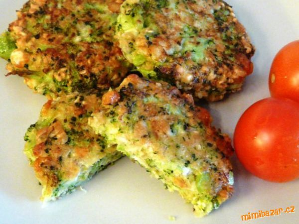 Brokolici nasekat hodně najemno, smíchat s ostatními surovinami a jako placičky smažit na rozpáleném...