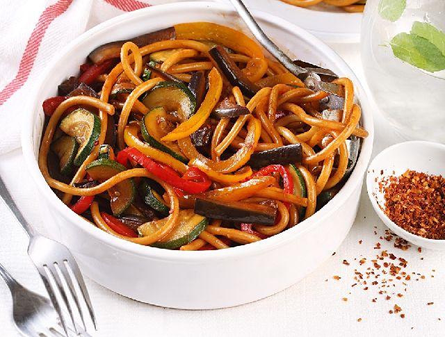 Egy finom Szójaszósszal sült zöldségek rizstésztával  ebédre vagy vacsorára? Szójaszósszal sült zöldségek rizstésztával  Receptek a Mindmegette.hu Recept gyűjteményében!