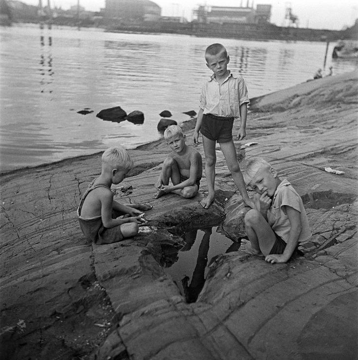 Pojat leikkivät rantakallioilla. Elannon työntekijöiden lasten kesäsiirtola Sompasaaressa. (Kuva. Eino Heinonen (Helsingin kaupungin museo CC BY-ND 4.0))