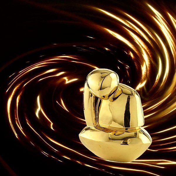 CHLOE è uno dei nostri complementi d'arredo in ceramica smaltata oro. Un interessante oggetto da porre su tavoli e mobili che donano un aspetto elegante e sofisticato al tuo ambiente  #marionisrl #notoriouscollection #marioniaccessories #goldceramic #homedecor #ceramicelement #ceramic #sculpture #goldsculpture #sculturadorata #madeinitaly #realizzatoamano #florence #ceramicaoro #luxuryinterior #luxurydesign #luxuryliving #interiordesign #handmade #arredamentomoderno