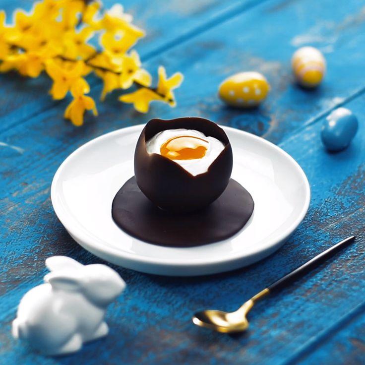 Leckere Täuschung: Sahne-Mousse im Schoko-Ei. Perfektes Dessert für Ostern