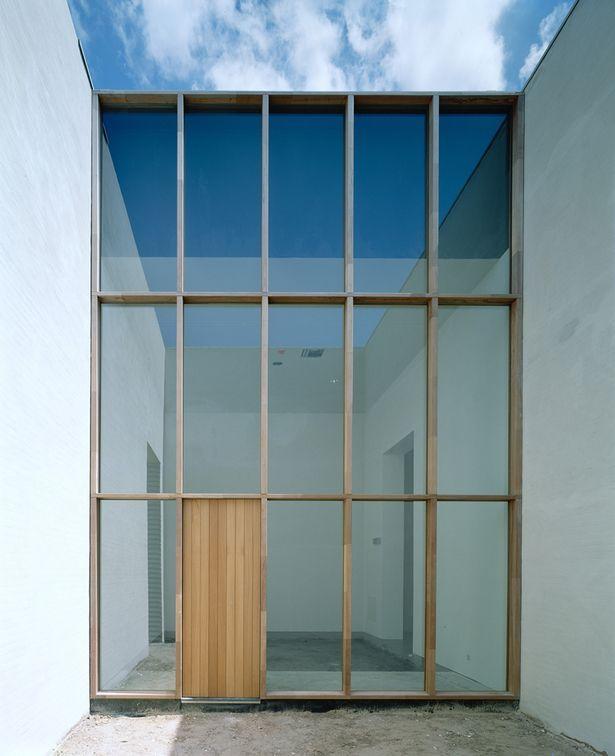 Glazen gevel met deur