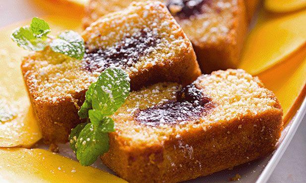 Este bolo de fruta pode ser preparado para servir num pequeno-almoço especial, ou para um lanche ou mesmo à sobremesa.