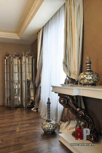 Дизайн интерьера двухэтажной квартиры в новостройке | Пространство спальни украшено дорогими аксессуарами. Великолепно смотрится консоль с резным декором и зеркальная ширма.