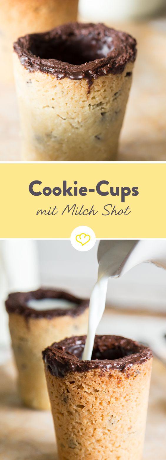Wie – du tauchst deine Kekse noch in Milch? Das ist doch echt von gestern! Jetzt wird nämlich die Milch in den Cookie gegossen… Zutaten miteinander verrühren, zu einem Becher formen und ausbacken. Milch mit Vanille verfeinern und in die Cookies gießen –  schon lässt sich deine geliebte Geschmackskombi noch besser genießen!