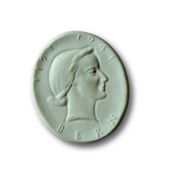 Porzellan-Plakette von Hedwig Frei auf die 750-Jahrfeier der Gründung der Stadt Bern    Bern, 1941  Vs. Weiblicher Kopf nach rechts  Rs. [Befestigungsloch]  Medailleurin: Hedwig Frei (1905-1958)  Hellgrünes Porzellan #silver #silber #muenze #coin #treasure #schatz #geschicht #history #antik #antique #gold #basel #switzerland #schweiz #medal #medaille