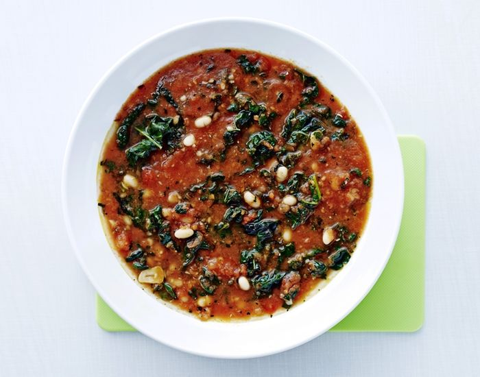 Billig vegetarsuppe fylt med vitaminer fra svartkål, tomater og hvite bønner.