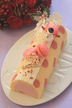 Another thing to think about when decorating swiss roll is that the portion is a slice, and every portion should get part of the decoration... so if you decorate like this - with the decoration in one spot - see that you have parts of the decoration for each portion set aside to be added to the portion as one cuts the cake. In this case, I'd see that all get a snowflake and a macaron.