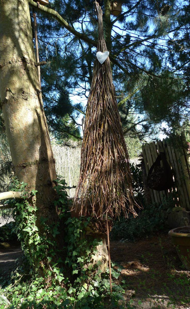Aus einem kleinenHaufen dünner Weidenabschnitte schnappte ich mir ein kleines Bündel, welches ich an einem Ende mit Draht umwickelte. In das flach gedrückte offene Büschelende steckte ich neue Zweige und fädelte meine Blumendrahtrolle in 5 – 10 cm Abständen durch das Zweiggewirr, steckte erneut Zweige hinein, wob mit derDrahtrolle …