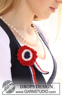"""DROPS Extra 0-667 - Crochet DROPS 4th of July rosette with ribbon in """"Cotton Viscose"""". - Free pattern by DROPS Design"""