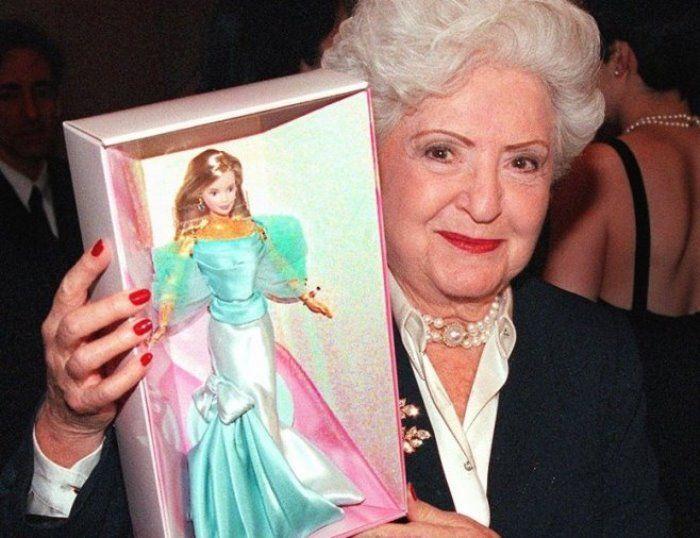 Личная драма создательницы куклы Барби: почему Рут Хэндлер лишилась и бизнеса, и детей http://kleinburd.ru/news/lichnaya-drama-sozdatelnicy-kukly-barbi-pochemu-rut-xendler-lishilas-i-biznesa-i-detej/  Рут Хэндлер удалось создать самую популярную в мире куклу. И хотя Барби неоднократно подвергалась критике, она принесла своей создательнице миллионы. Но когда Рут Хэндлер пребывала на вершине своего успеха, ее отстранили от руководства компанией, осудили по обвинению в коррупции, и в то же…