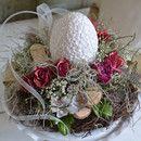 Auf einer Metallamphore im shabby Look, ist das Ei weich gebettet... Rosen, Blätter, Perlen, Bänder und Allerlei aus meiner Werkstatt... Für Tisch, die Kommode, das Vertiko einfach...