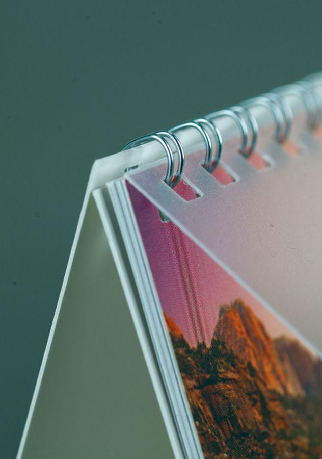 Dettaglio: la spirale è la soluzione migliore per il tuo calendario da tavolo. Facile da maneggiare e discreta sulla stampa. Un matrimonio perfetto!
