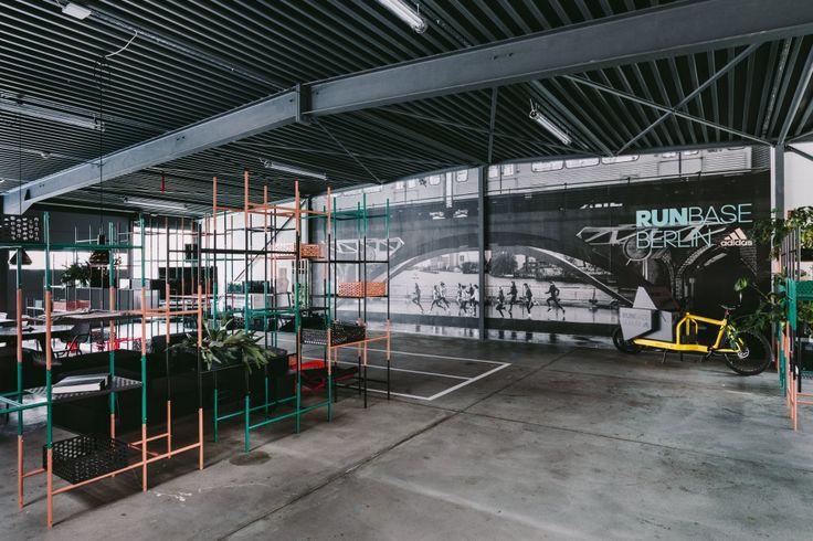Adidas hat in Berliner-Kreuzberg eine sogenannte Runbase eröffnet. Das Fitness Center speziell für Läufer soll als Heimat der Adidas Runners dienen. Das internationale Netzwerk von Läufern hat sich bereits in Berlin, Hamburg, Frankfurt, München, Wien und Zürich zusammengefunden.