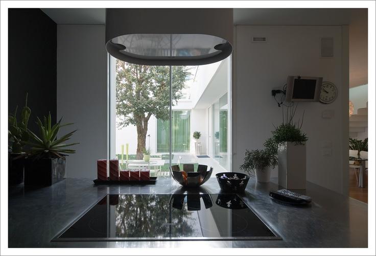 Vetrate #scorrevoli con #profili #minimali. - #Sliding glass patio doors with slender profiles and frames. - www.aldenasite.com