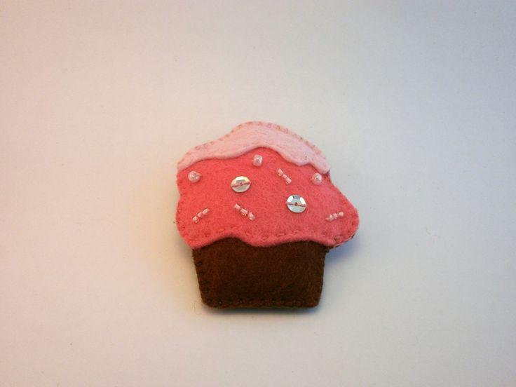 Alfinete Cupcake via Joana Bessa Artesanato. Click on the image to see more!
