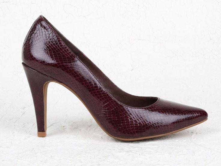 Elegante zapato de salón con tacón alto fabricado en piel vacuno con animal print. Un diseño muy cómodo con punta fina y suela también en piel. Ideal para cualquier evento. Disponible en 3 colores.