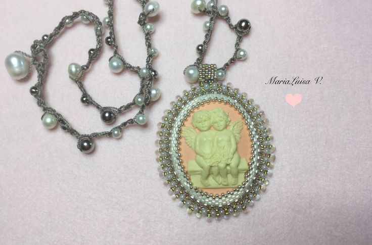 Cammeo putti incastonato con perline Miyuki - collana realizzata all'uncinetto con perle d'acqua dolce, perline di acciaio inox e perline di vetro cerato