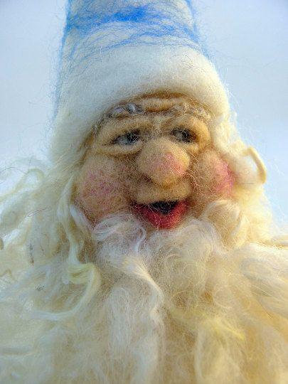 Eine von einer Art Nadel verfilzt Wolle Gnome für den Urlaub oder Winter saisonale Natur Tisch! Entworfen und gefertigt von Faser Künstler Willow Wild, dieses niedliche Gnome macht ein schönes Geschenk für einen besonderen Menschen und ist das perfekte Handarbeit Urlaub/Winter Natur Tisch Dekor anzuzeigende Element rund um das Haus. Jede Natur Waldorf Tabelle Zwerg: • hat einen festen Wolle-Körper • hat eine Kleid mit Saison im Auge • hat eine Prise von Gnome Winterzauber • misst 9 Zol...