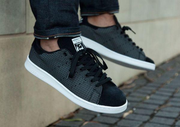 Découvrez la Adidas Stan Smith Textile Core Black, une sneaker en suède et avec une empeigne tisée (collection printemps été 2015).